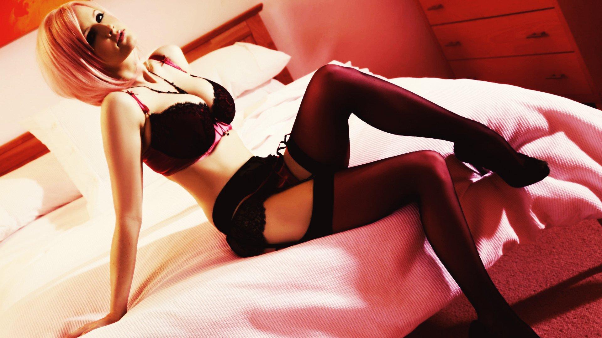 Фото девушек в чулках на кровати 18 фотография