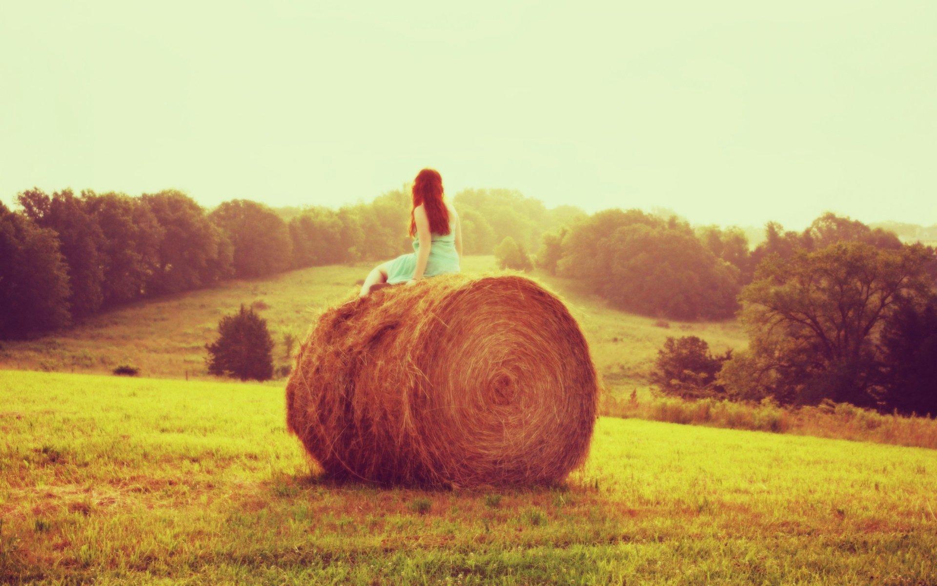 Фото девочки возле сена 12 фотография