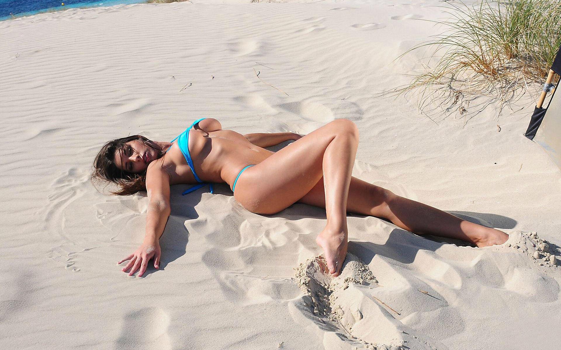 Фото брюнетка на пляже 19 фотография