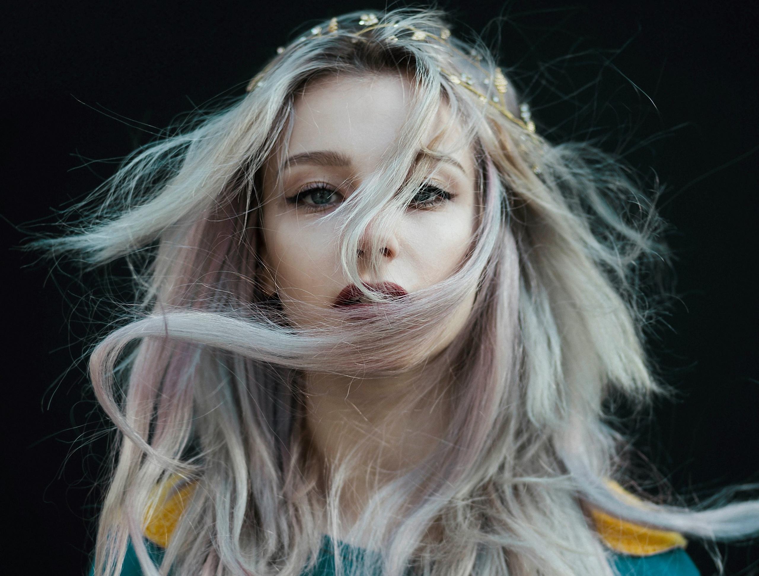 На ветру развиваются волосы