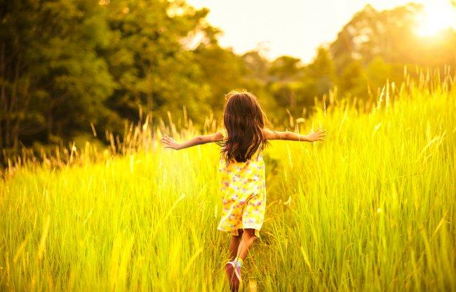 Бегущая маленькая девочка