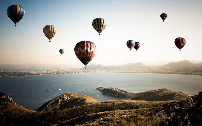 Воздушные шары над заливом