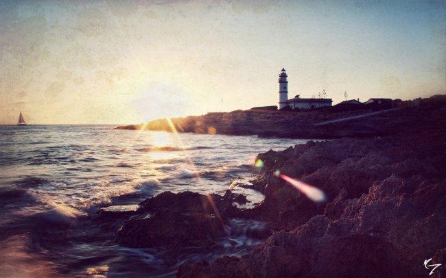 Маяк на берегу моря