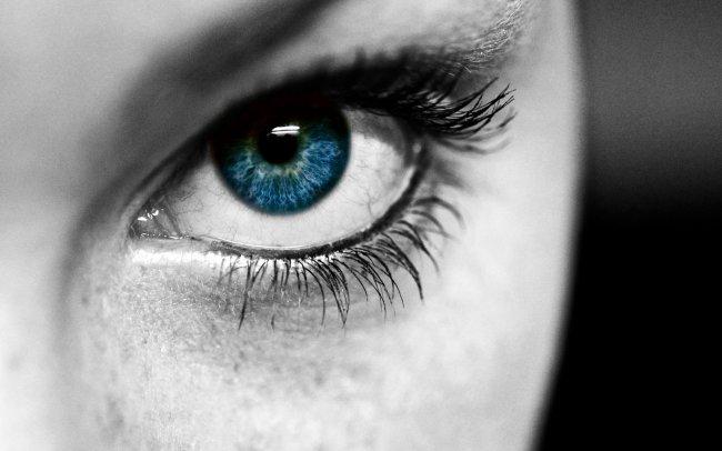 Синий глаз девушки