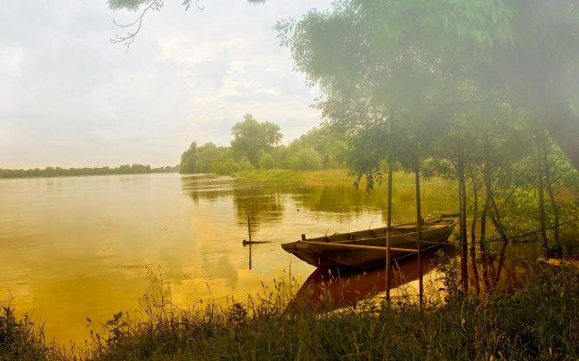 Лодка на туманном озере