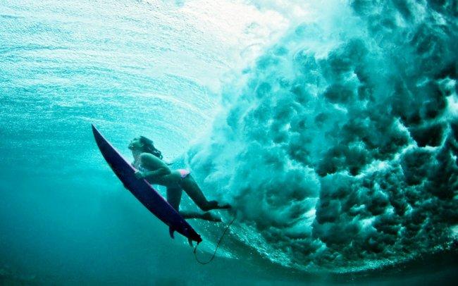 Серфер девушка под водой