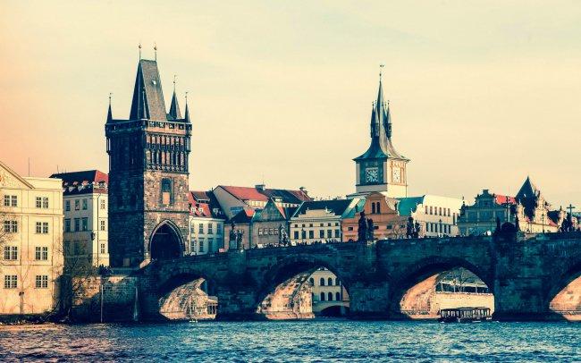 Средневековый мост в Праге через реку Влтаву