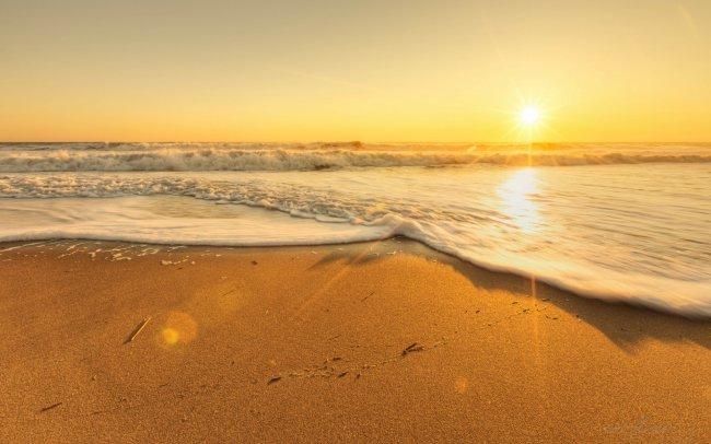 Берег моря на фоне солнца