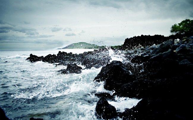 Волны разбивающиеся о скалы