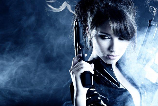 Девушка брюнетка с пистолетами
