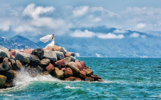 Девушка у синего моря