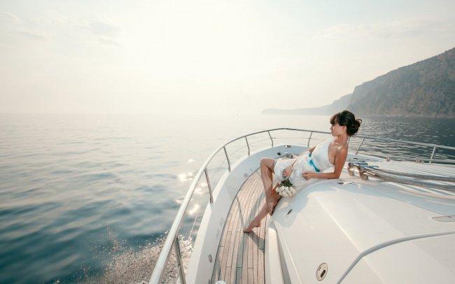 Девушка на яхте плывущей по морю