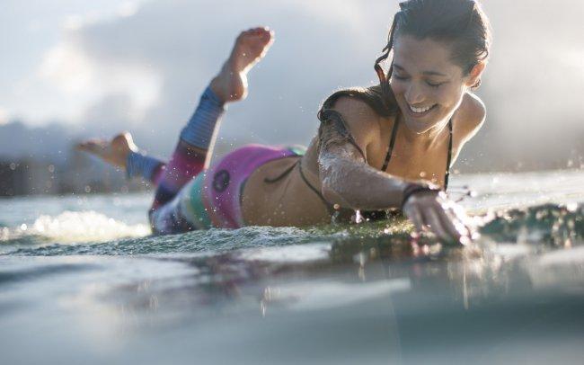 Девушка катается на серфинге