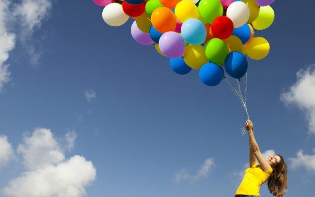 Девушка держит воздушные шарики