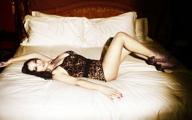 Monica Bellucci / Моника Беллуччи лежащая на кровати