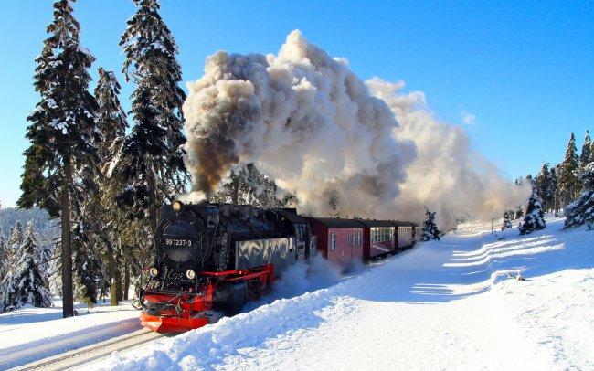 Паровоз идет по зимней железной дороге