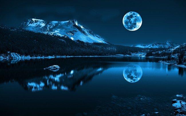Луна над ночным озером