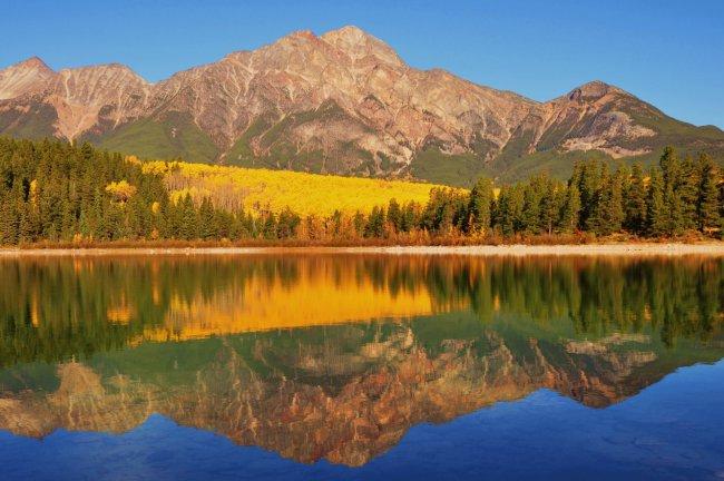Спокойное горное озеро