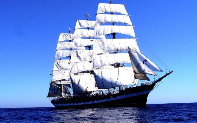 Парусное судно плывущее по океану