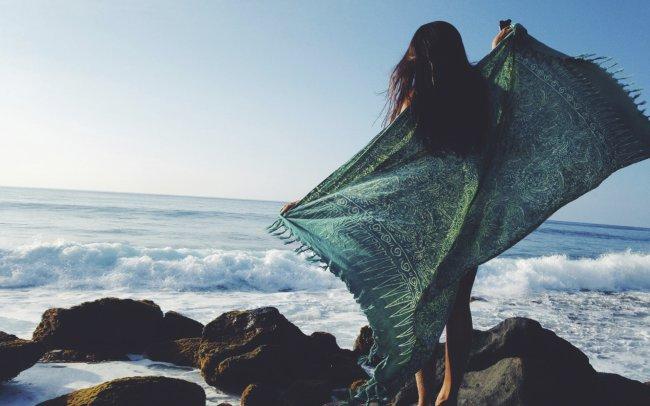 Девушка в платке у синего моря