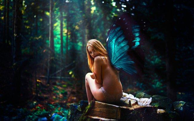 Samantha Meglioli с крыльями бабочки