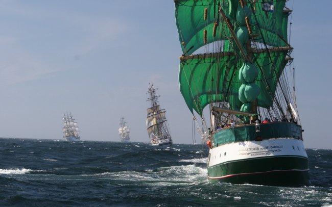 Парусные корабли плывут по морю