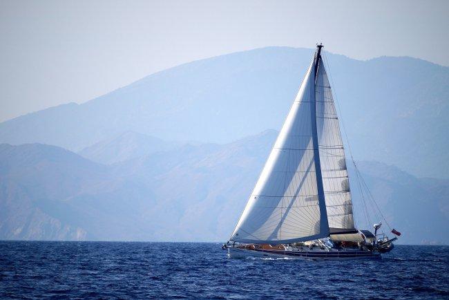 Путешествие на яхте по синему морю