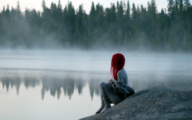 Девушка у туманного озера
