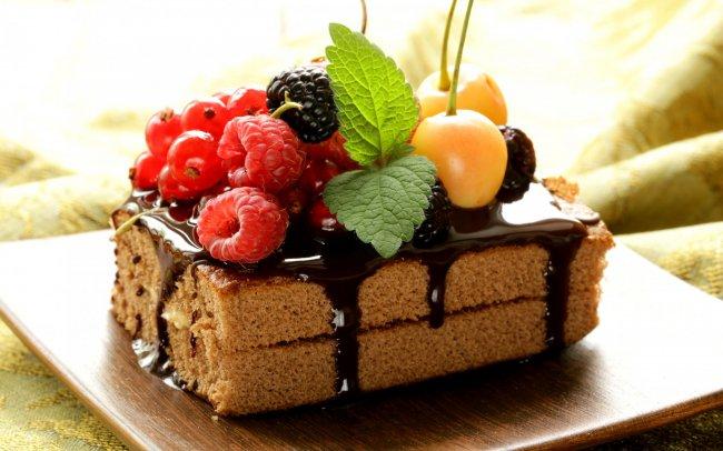 Шоколадное пирожное с ягодами