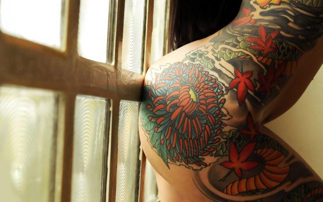Татуировка на теле девушки