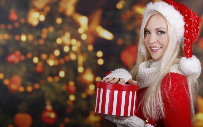 Блондинка с подарком