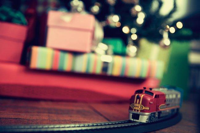 Подарки и игрушки под елкой