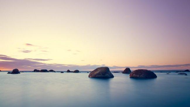 Большие камни в морской воде