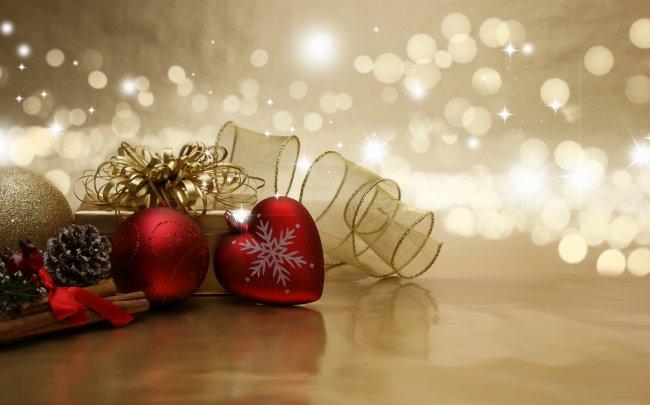Подарок и елочные украшения
