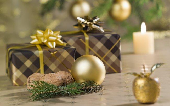 Грецкие орехи, елочные шары и подарки