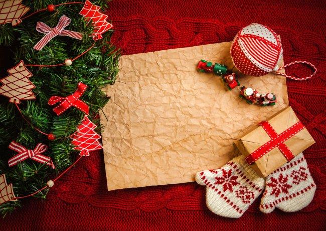 Красные и зеленые рождественские украшения