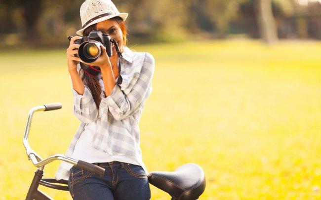 Девушка с фотоаппаратом в руках