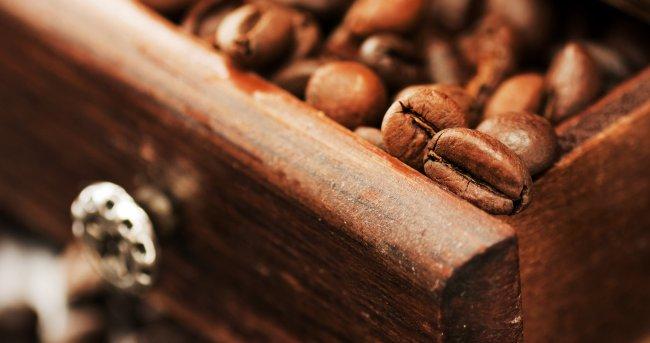 Зерна кофе в шкафчике
