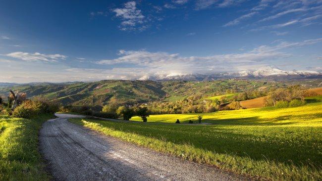 Дорога вдоль полей и гор