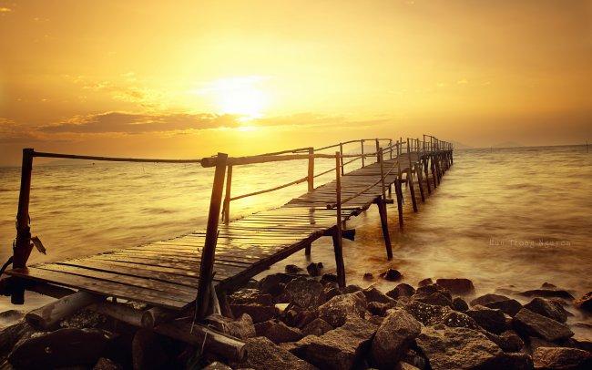 Старый деревянный мост в море