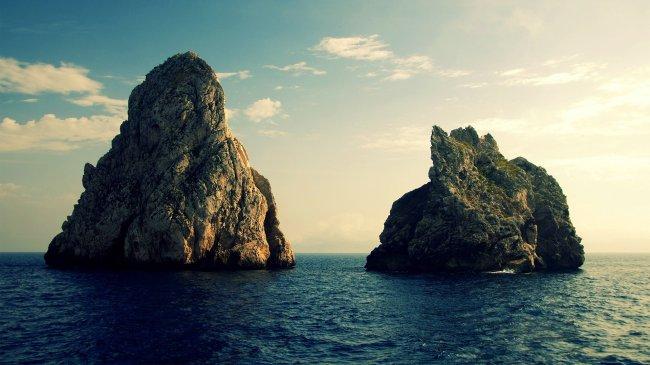Две скалы в море