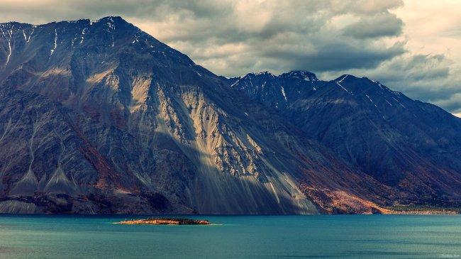Горы у озера