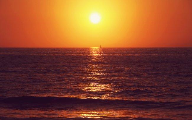 Одинокий парус на закате дня