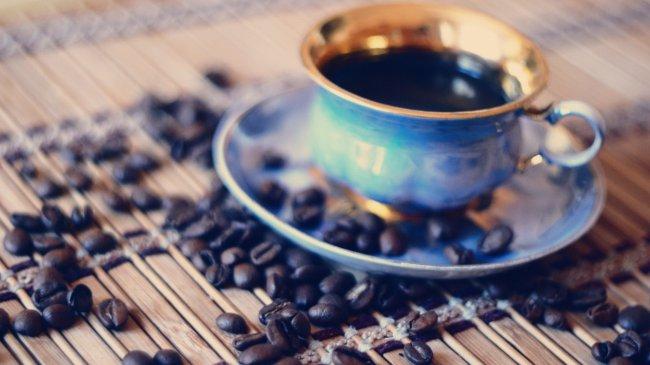Чашка кофе и немного кофейных зерен