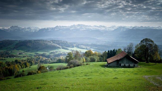 Домик на фоне гор