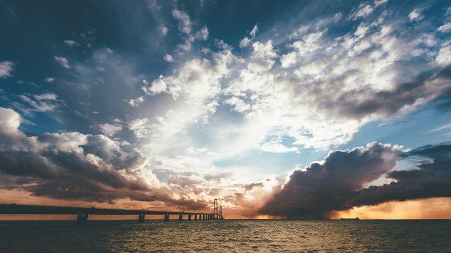 Силуэт моста Большой Бельт на закате солнца