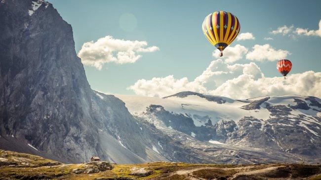 Воздушный шары над скалистыми горами