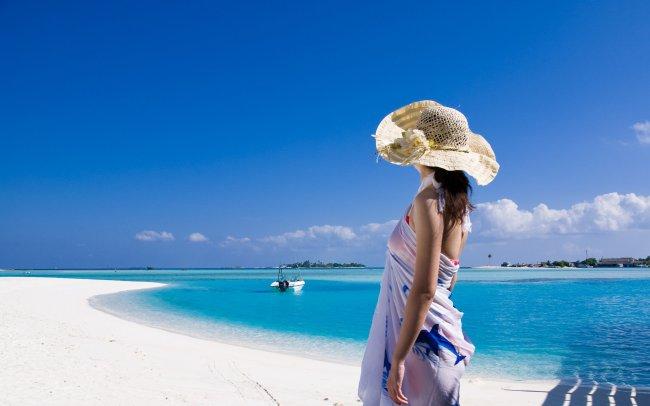 Девушка у голубого моря