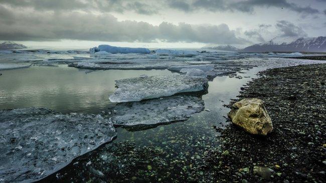 Зимнее озеро в Исландии