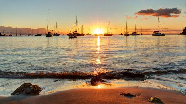 Парусники на закате солнца